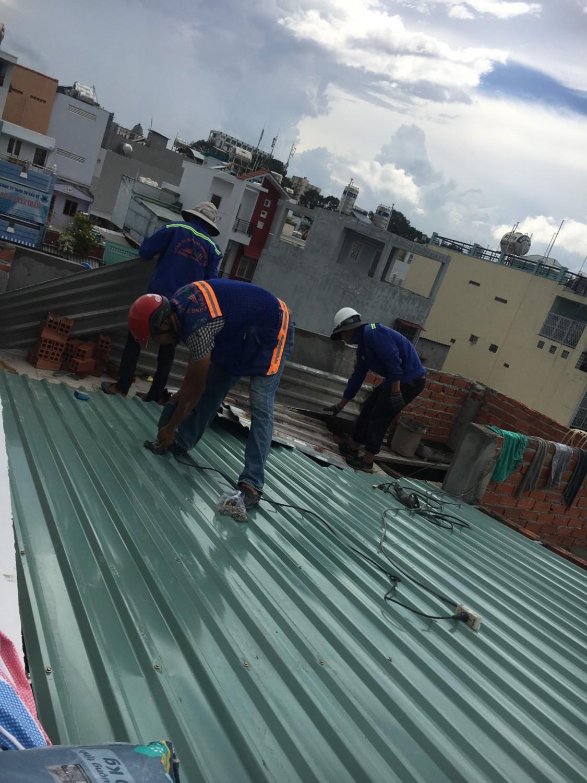 Đội ngũ đang chuẩn bị thi công chống thấm mái tôn