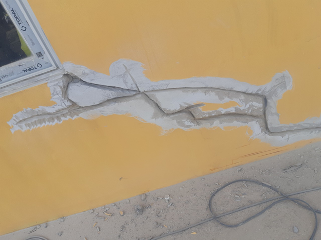 Khoét các vết nứt ở tường